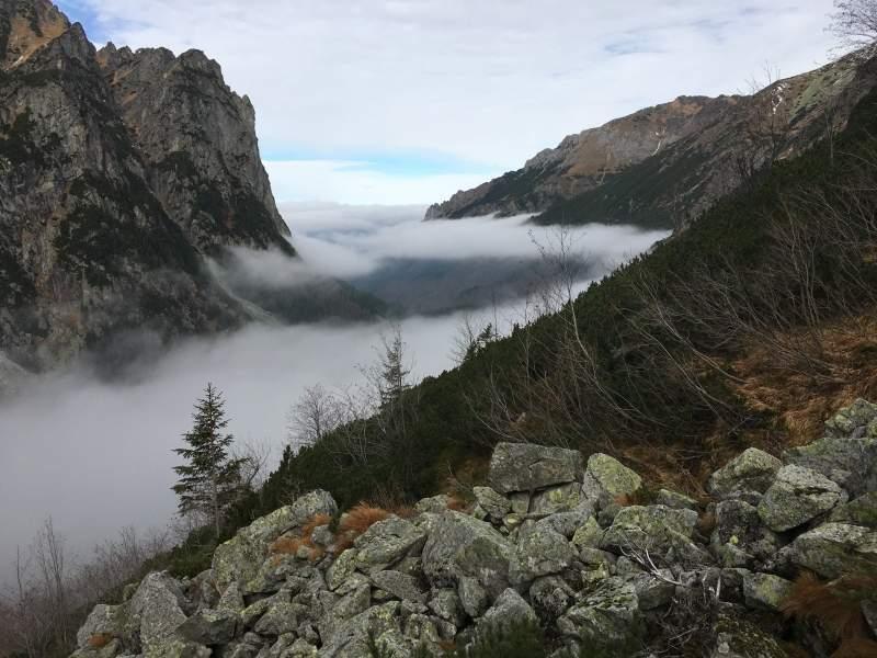 Počasí v horách je proměnlivé. Dole byla mlha.