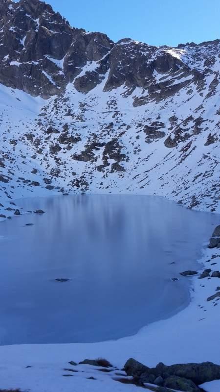 Ondra spadl z místa, kde začínají skály, až dolů k jezeru.