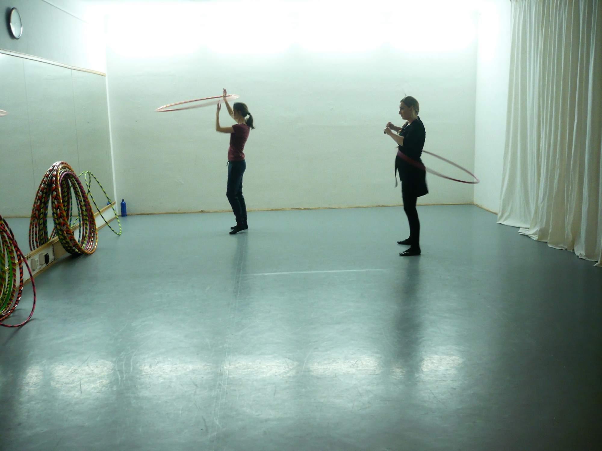 Tanečnice procvičují triky před velkými zrcadly. Foto: Dominika Vrbecká