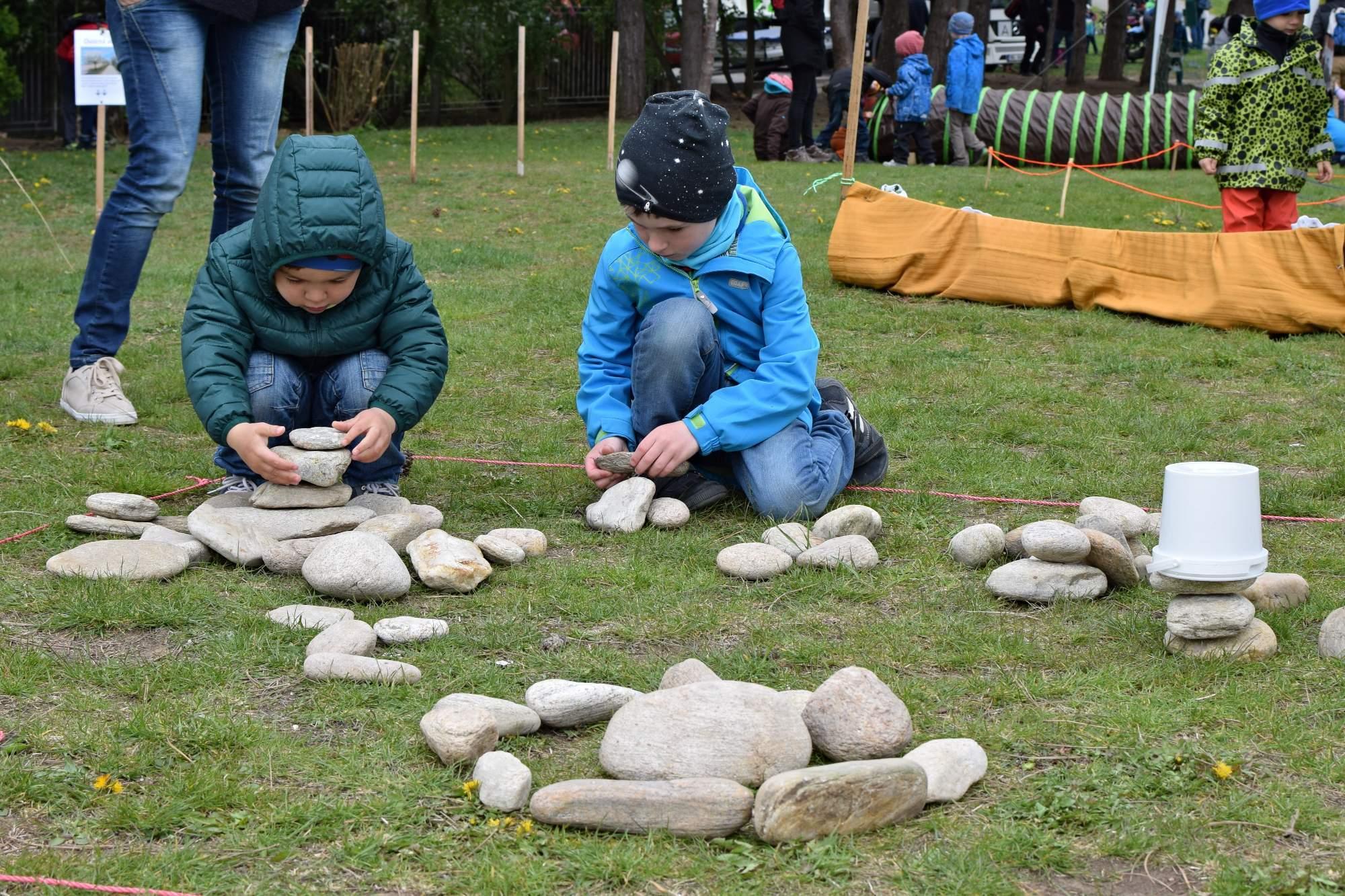 Děti si na začátku mohli koupit pytlíček, do kterého na každém stanovišti dostaly kamínek. S těmi pak mohly hrát různé hry. Foto: Lenka Jebáčková