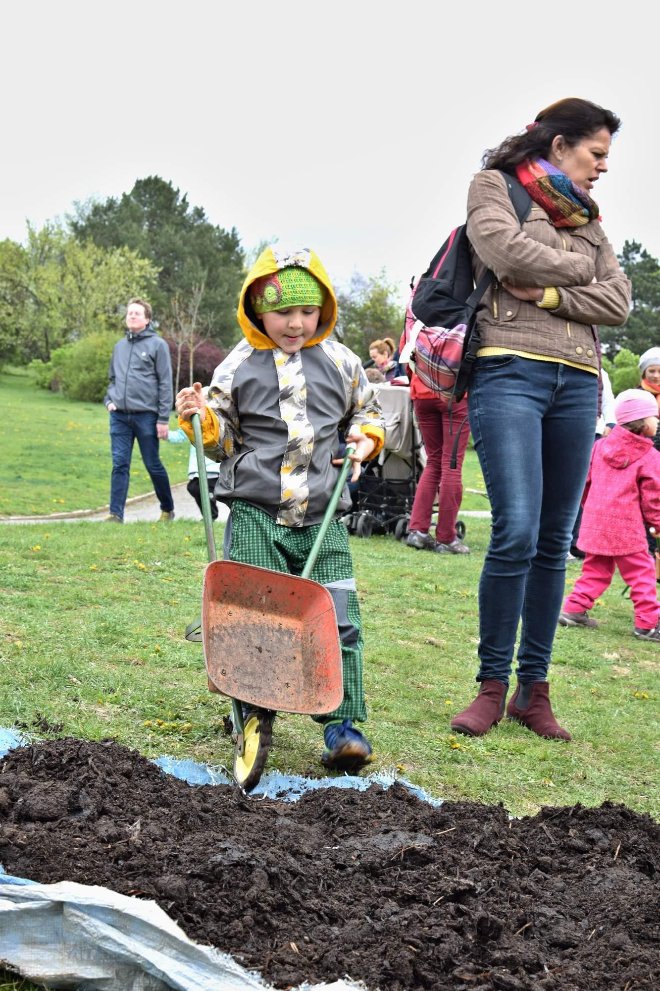 Děti převážely půdu v kolečkách. Foto: Lenka Jebáčková