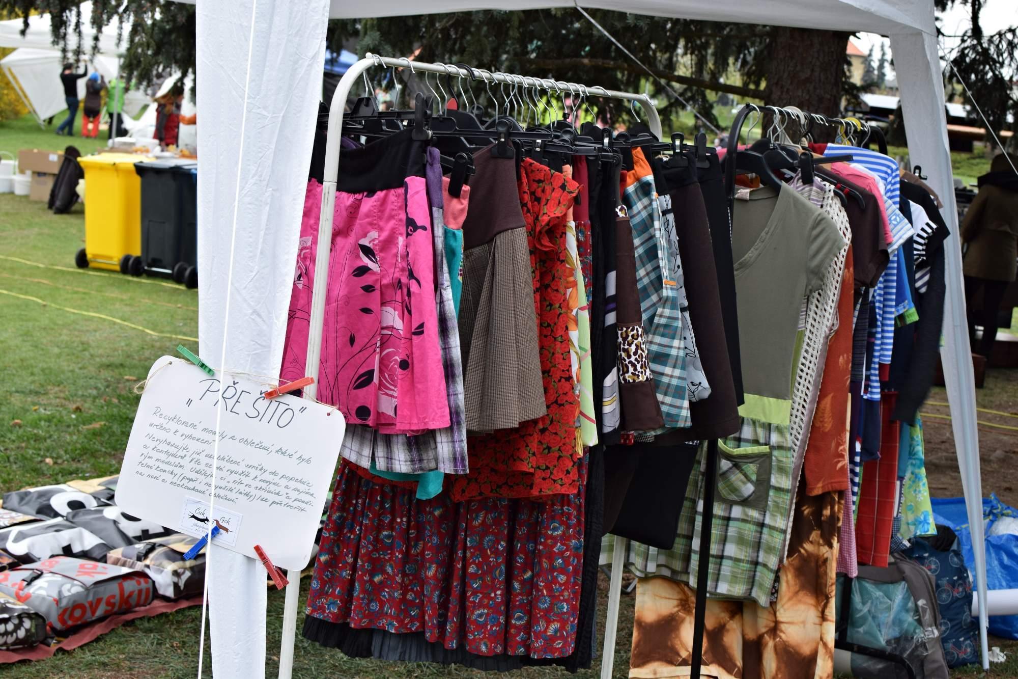 Ekologické a regionální výrobky na EKOtrhu - přešité oblečení. Foto: Lenka Jebáčková