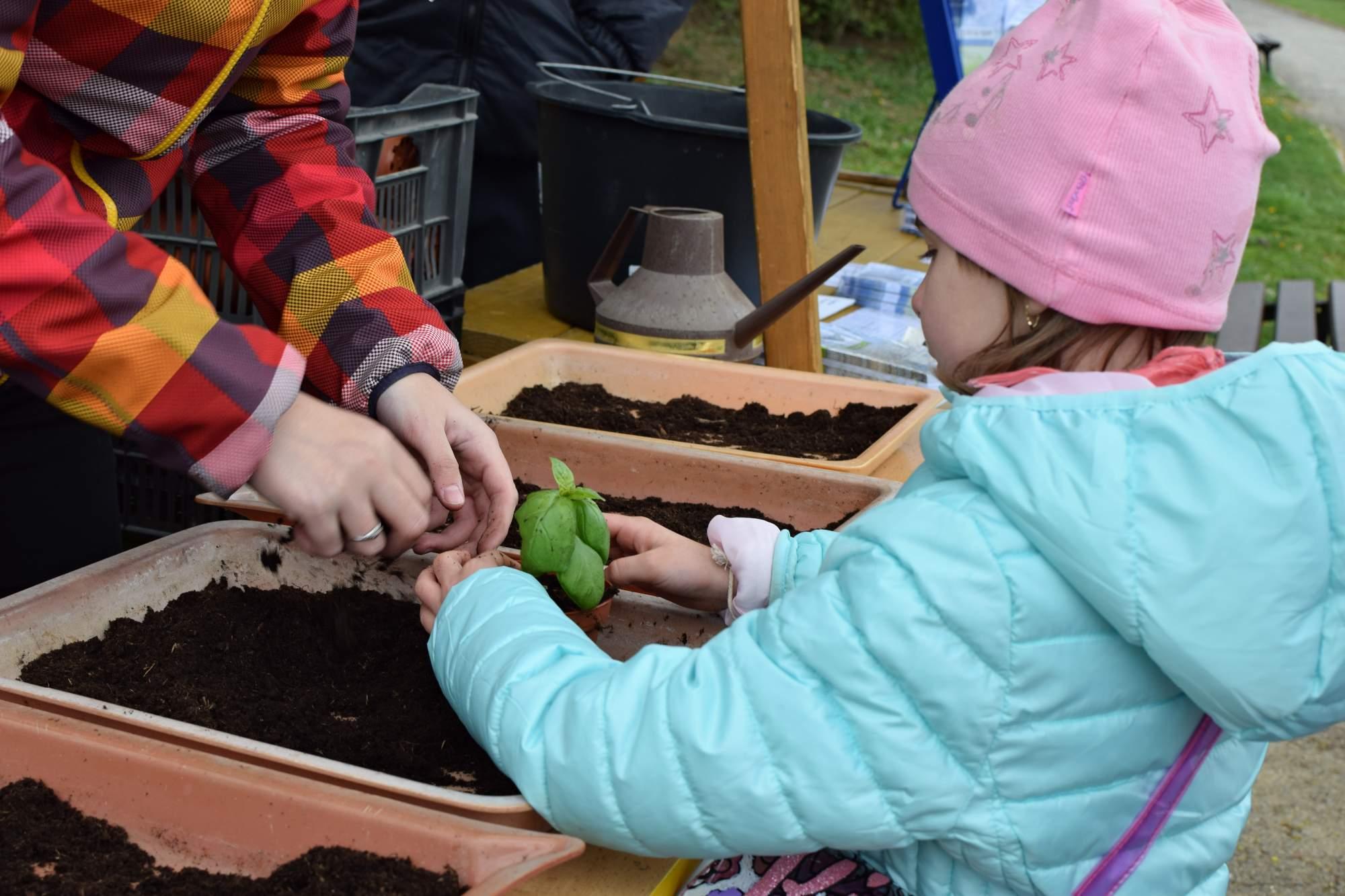 Děti si mohly půdu i kytičky osahat a zkusit si sázet. Foto: Lenka Jebáčková