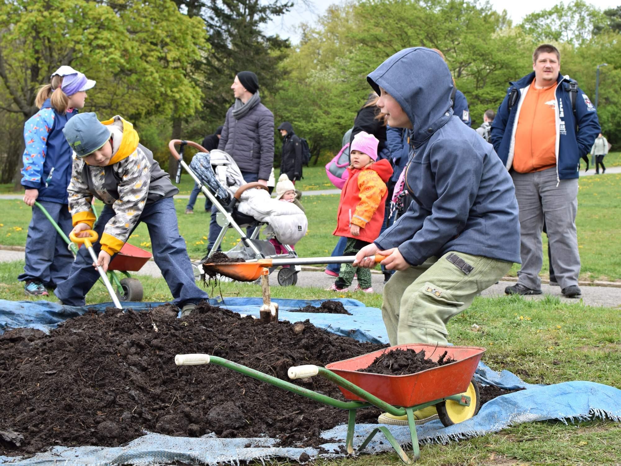 Děti přišly do blízkého kontaktu s půdou. Foto: Lenka Jebáčková