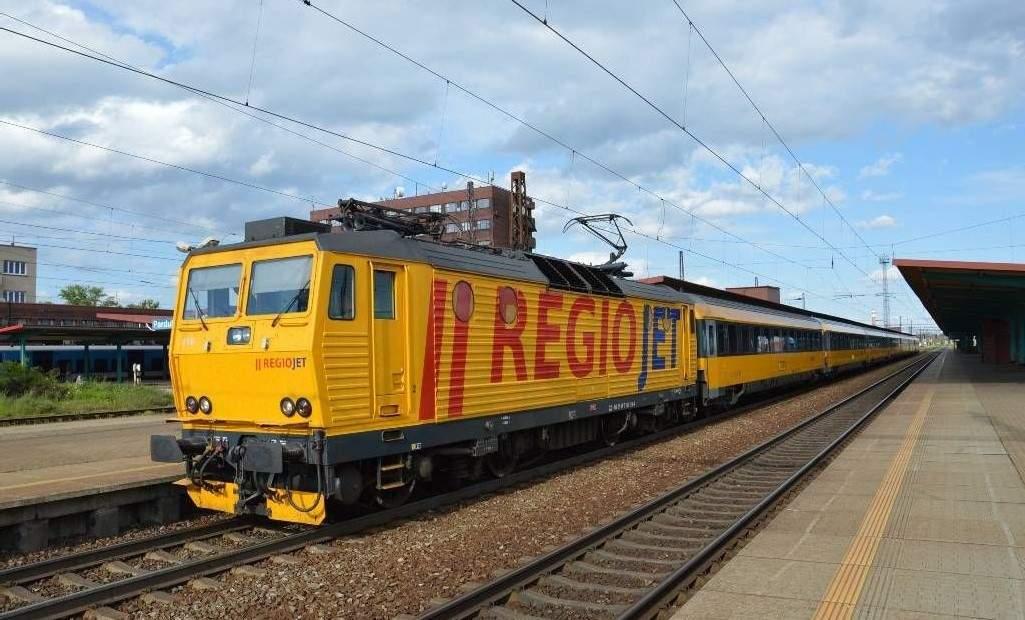 Vlak RegioJet ve stanici Pardubice hl.n. Podobné soupravy možná brzy uvidíme i v Brně.