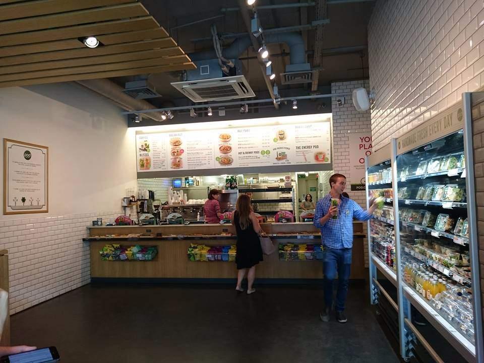 Fast food se zdravou výživou, kde pracuje hodně cizinců.
