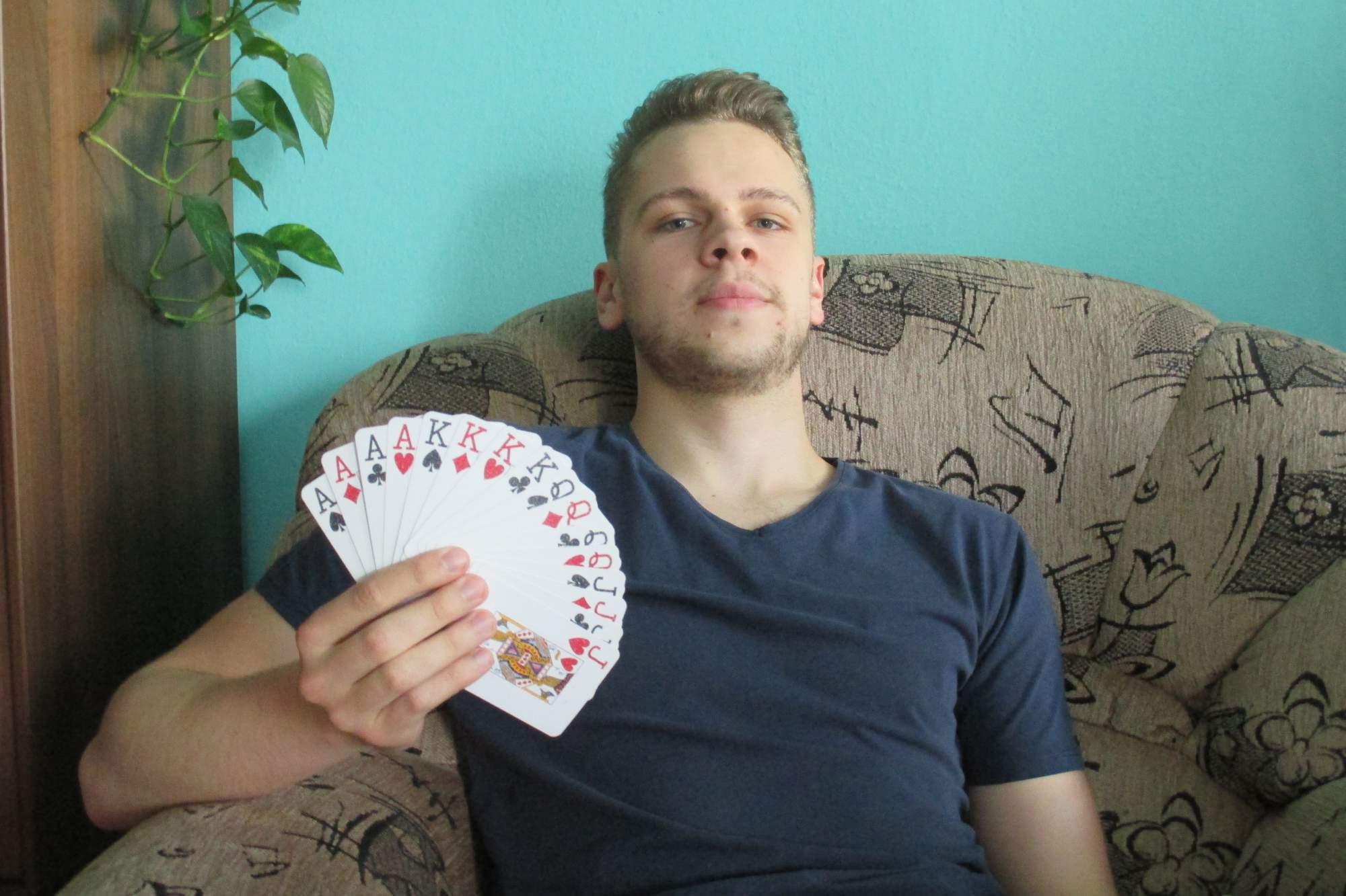 Foto: Jan Kočenda   Michal Mojžíš rozdává poker už několik let.