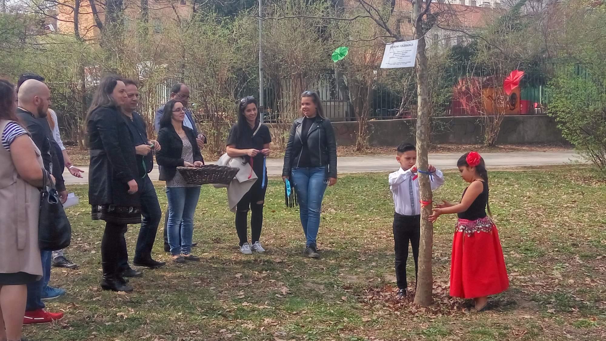 Součástí oslav Mezinárodního dne Romů je navazování stužek na strom tolerance. | Foto: Michaela Lebedíková