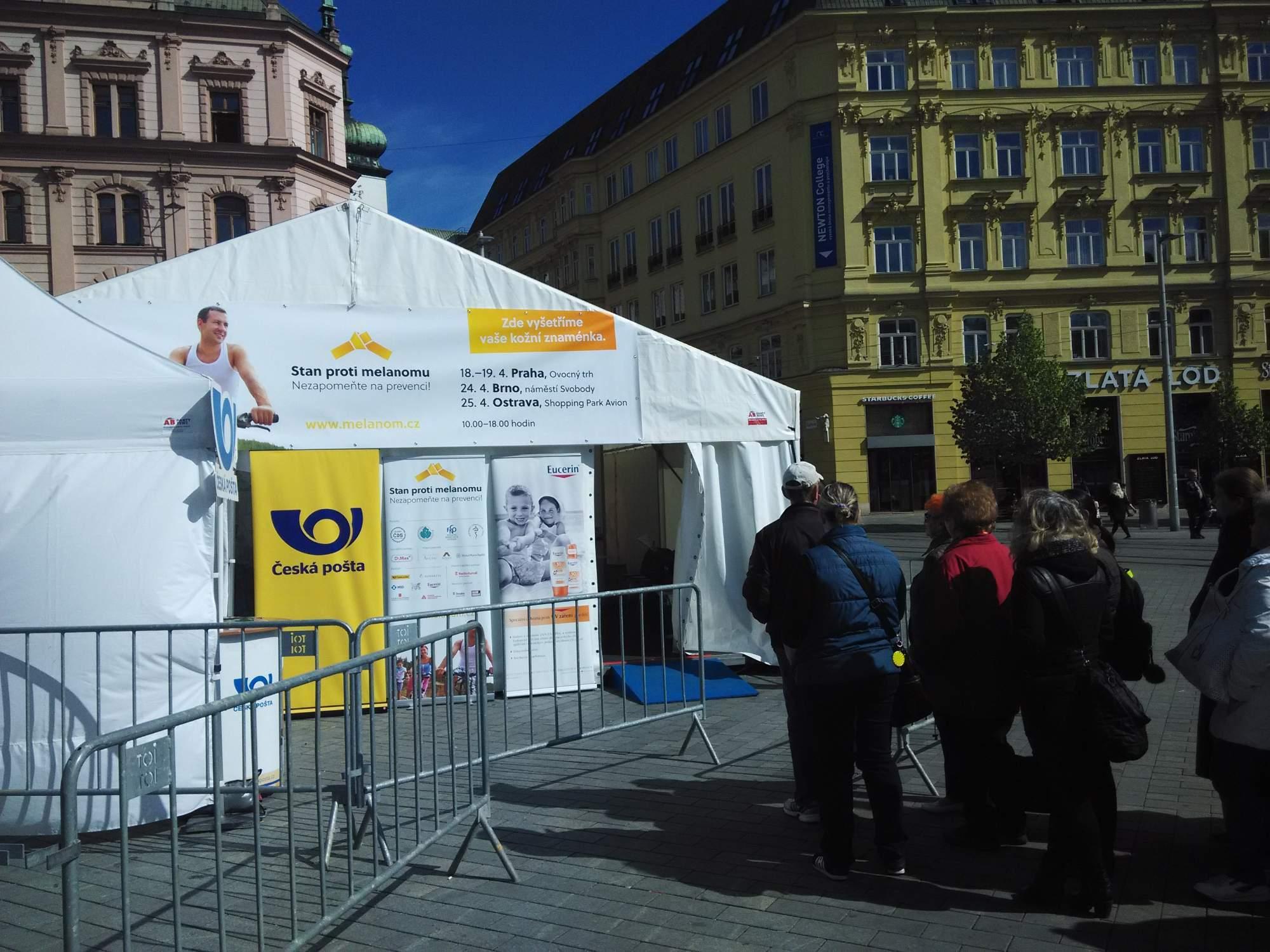 Stan proti melanomu je na náměstí Svobody otevřen do dnešní osmnácté hodiny. FOTO: Michael Malík.