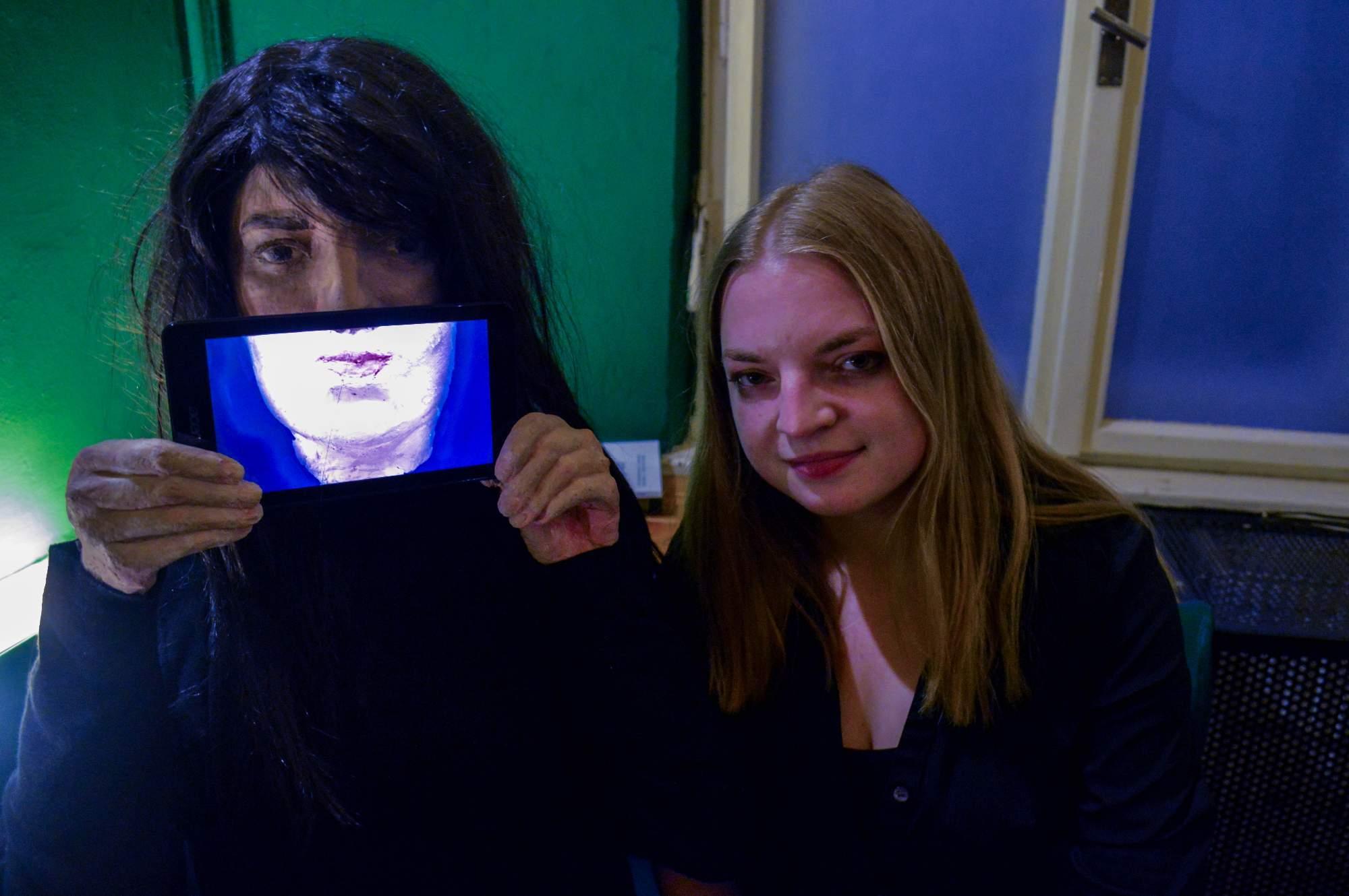 Eva Lukešová vystavuje fotografie, videa i sochu s proměnlivým úsměvem. Autor: Eva Bartáková