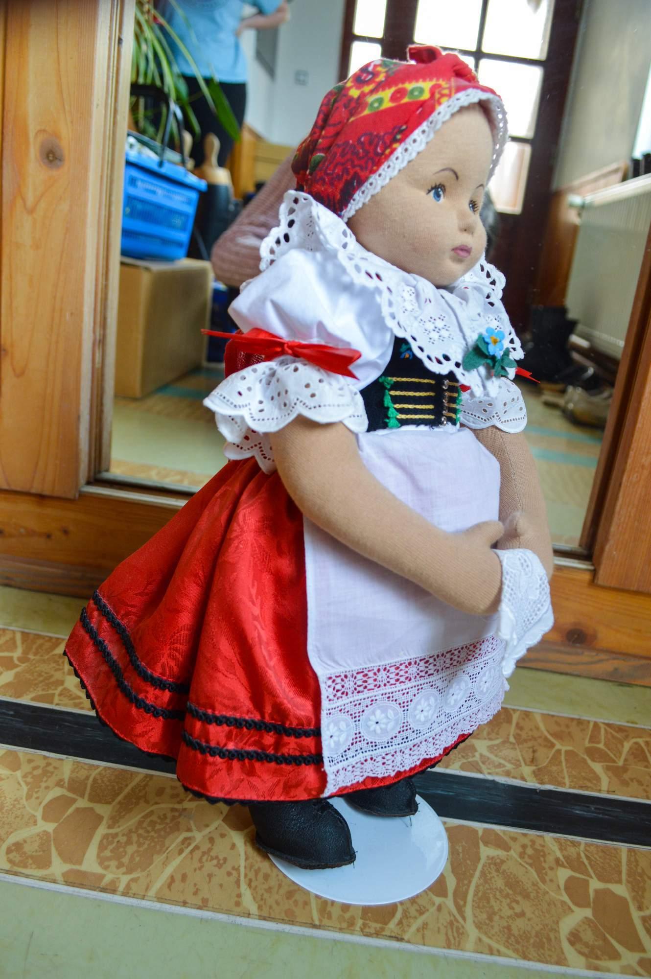 Od krojů pro panenky přešla Horáková ke krojům pro lidi.