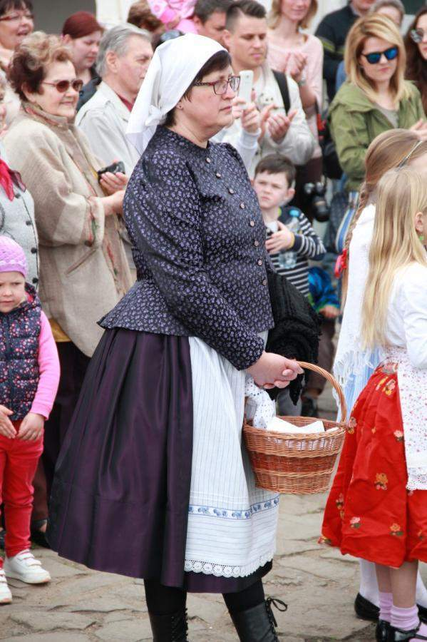 Marie Horáková navštěvuje folklorní akce v kroji.