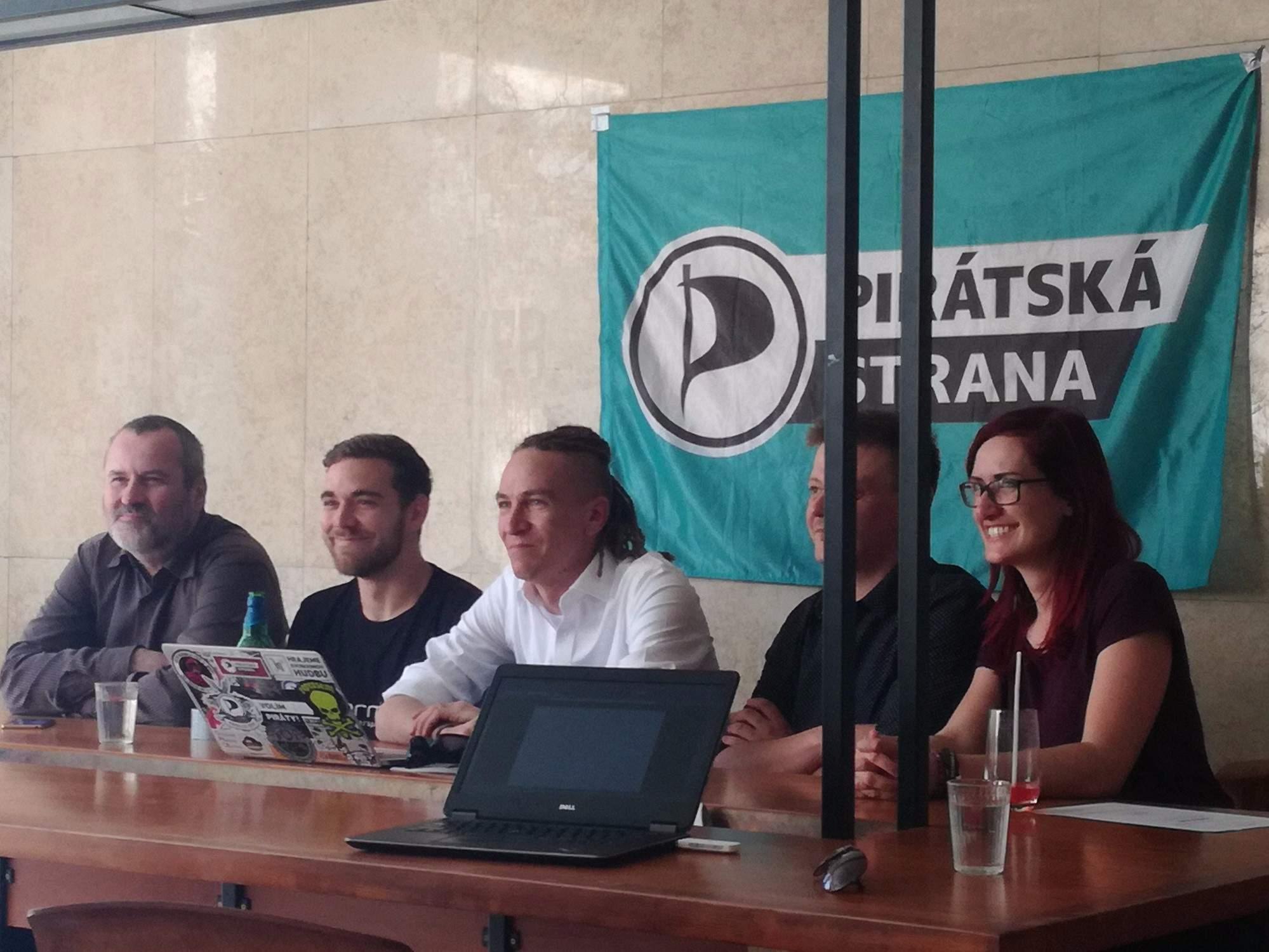 Předseda strany Ivan Bartoš (uprostřed), po jeho levici leader kandidátky Radek Holomčík