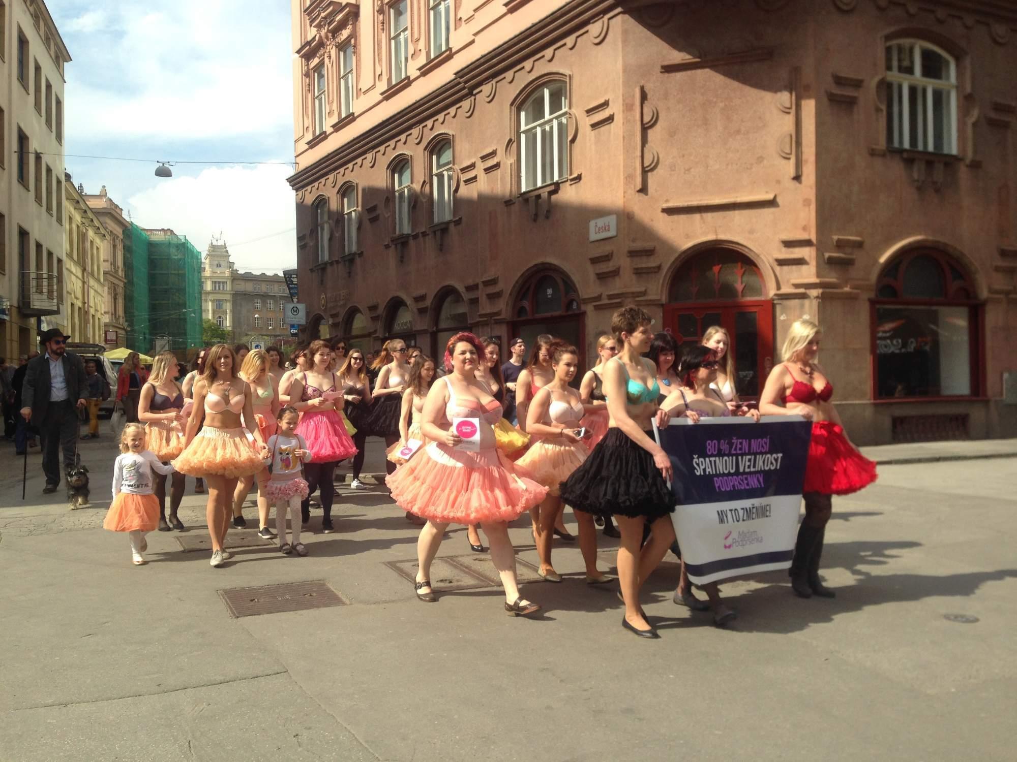 Ženy si průvod užívaly. Foto: Eliška Pospíšilová