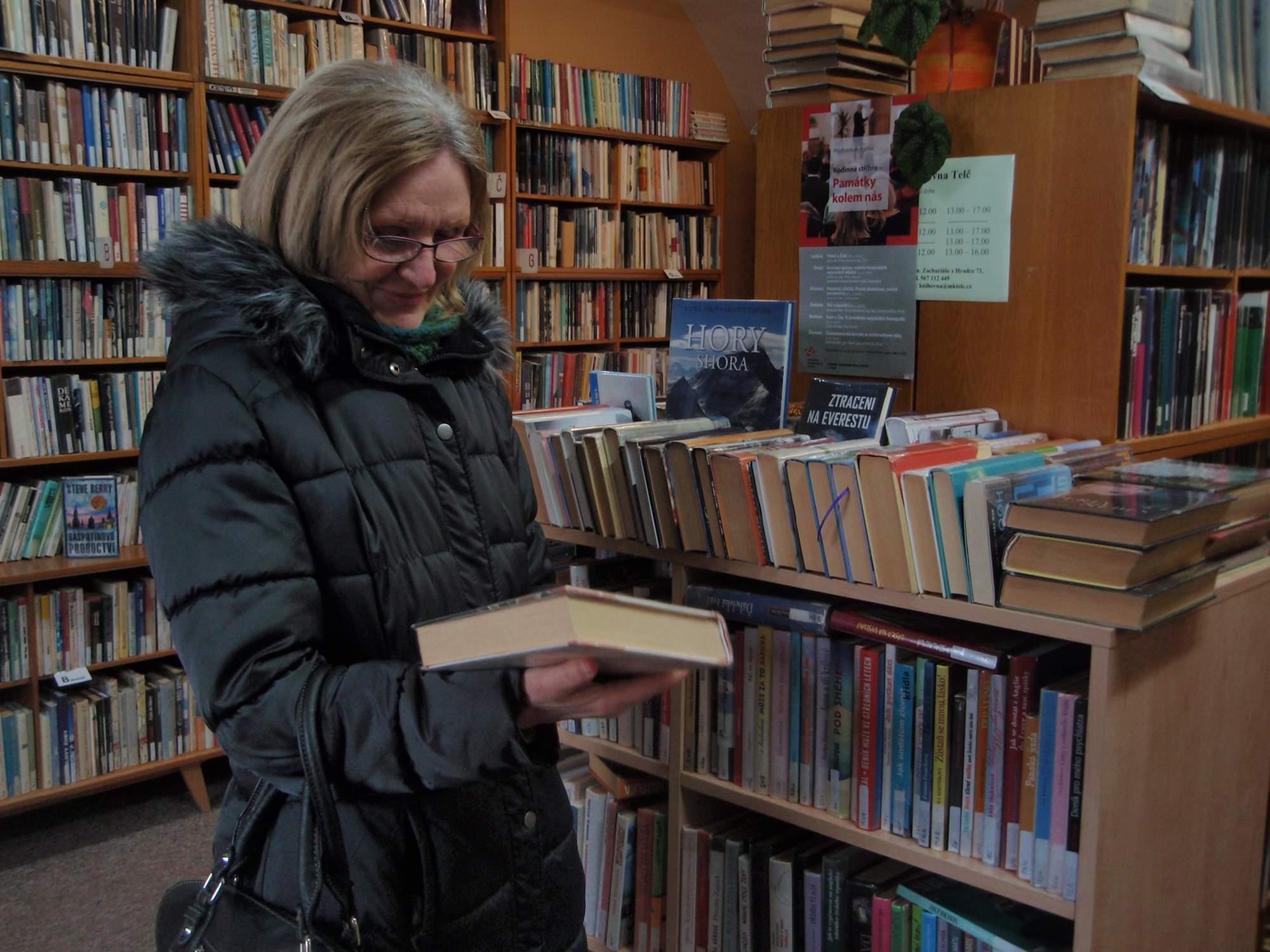 Jedna ze čtenářek si v telčské knihovně vybírá svou další výpůjčku. Foto: Marie Majdičová