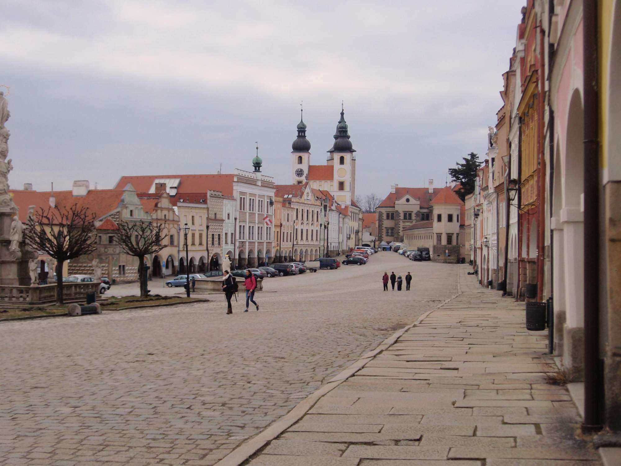 Ačkoliv turistická sezóna ještě nezačala, v Telči na náměstí už se objevují první návštěvníci. Foto: Marie Majdičová