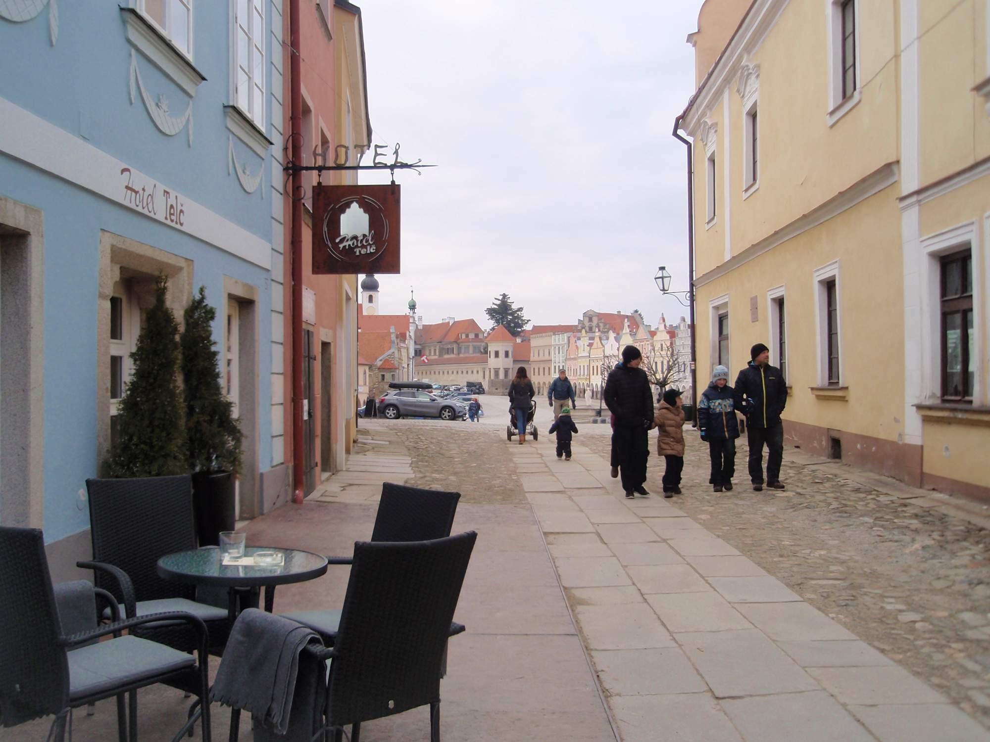 V Telči turisté zahájili sezónu 1.dubna, kdy kastelán Bohumil Norek odemkl zámeckou bránu. Foto: Marie Majdičová