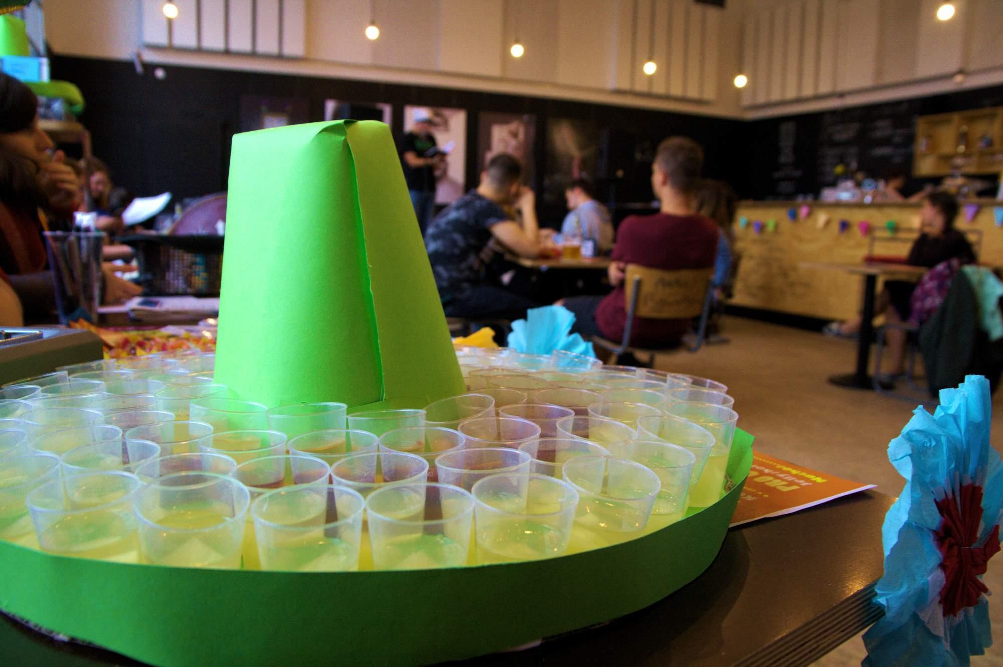 Hned u vstupu si mohli návštěvníci zakoupit želé panáky – jellyshoty. Foto: Martina Hykšová