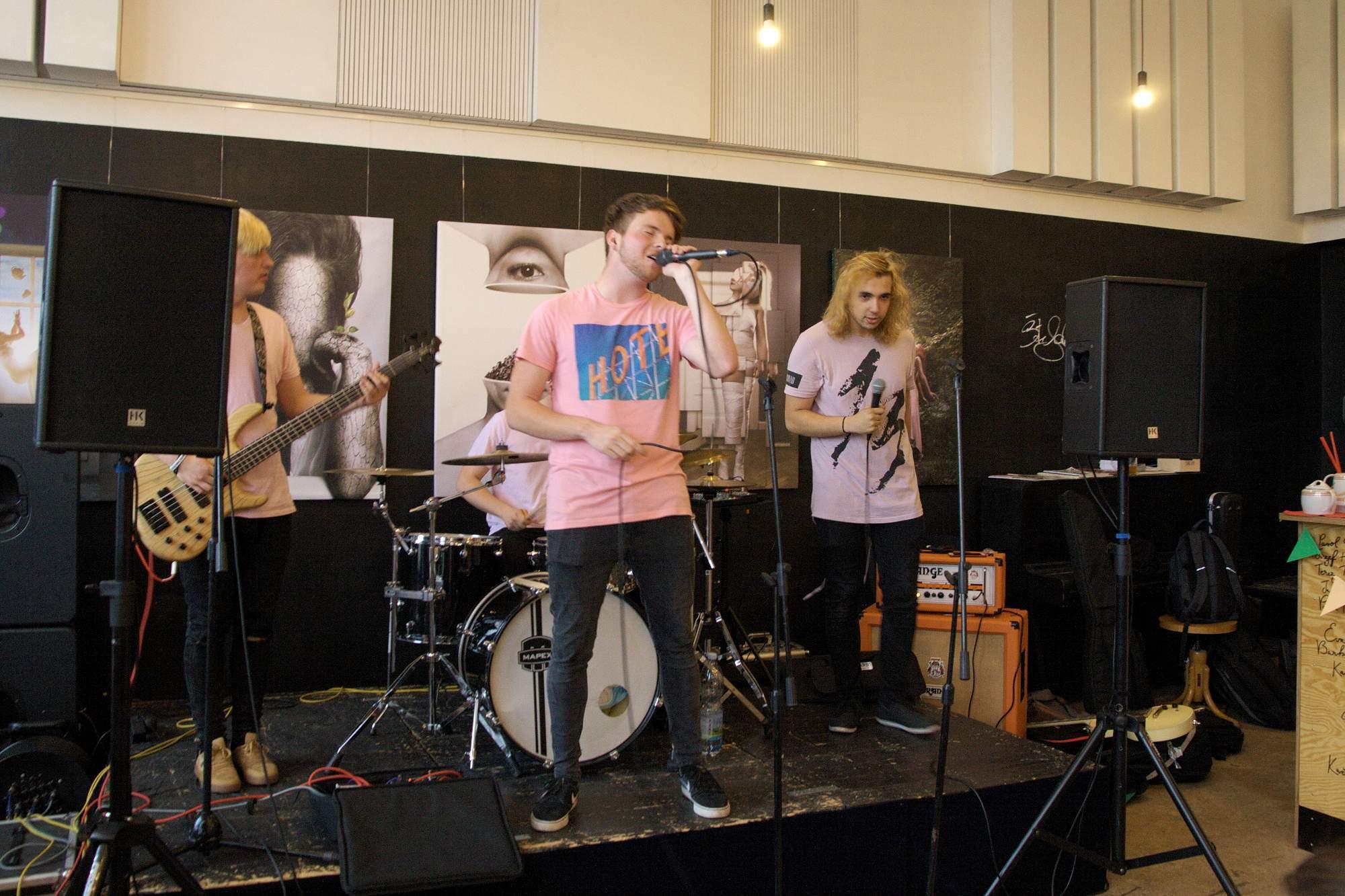 Na akci se představila i studentská metalová skupina Jake Loves Space. Hudebníci překvapili účastníky SemestrENDu svým hlučným projevem. Foto: Martina Hykšová