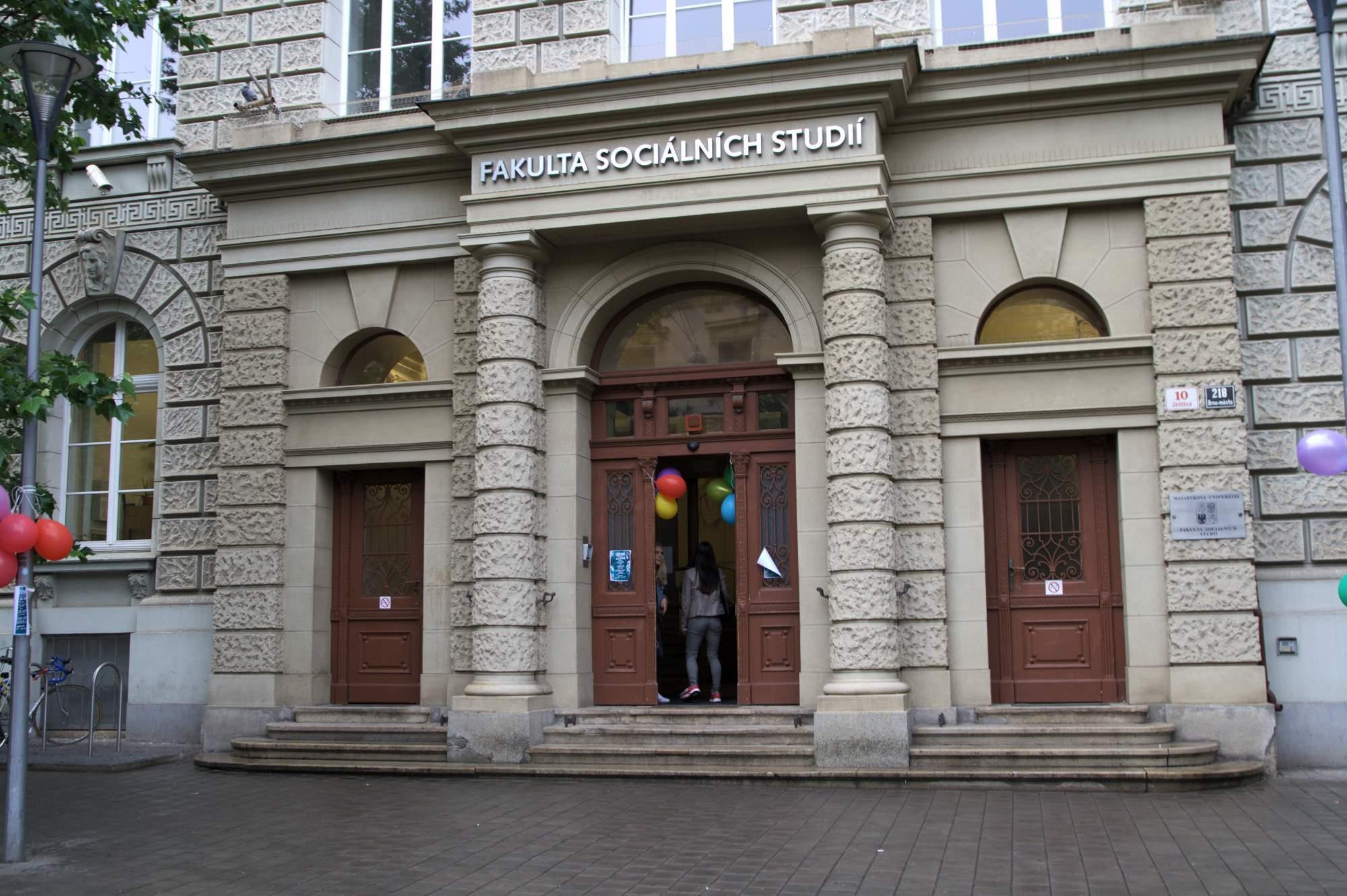 Fakulta sociálních studí slavila dvacet let. U vstupu lákaly návštěníky balónky. Foto: Martina Hykšová