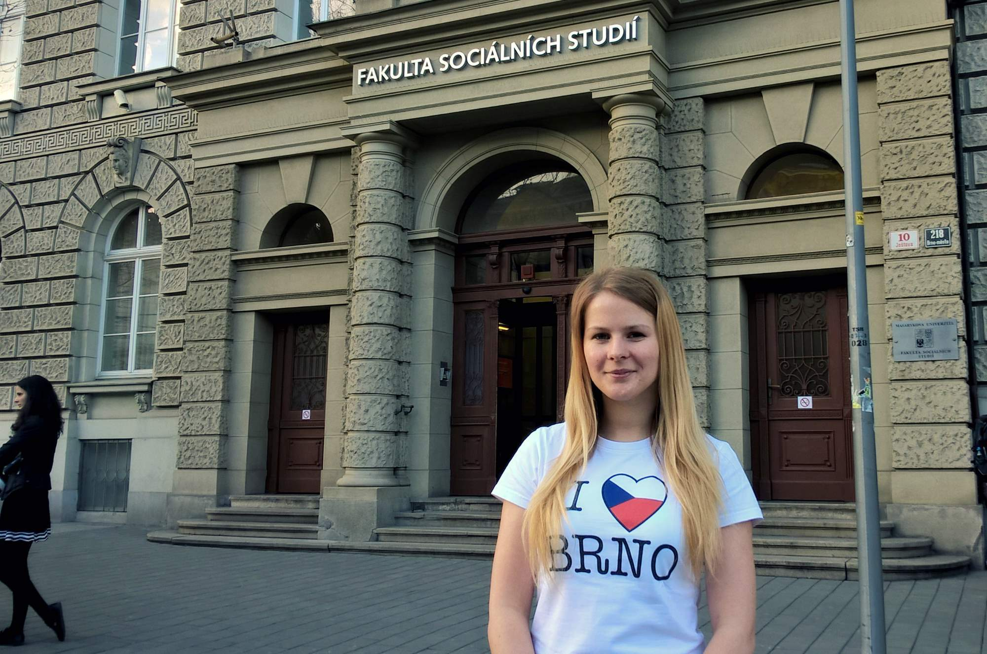 Michaela in front of the Faculty of Social Studies