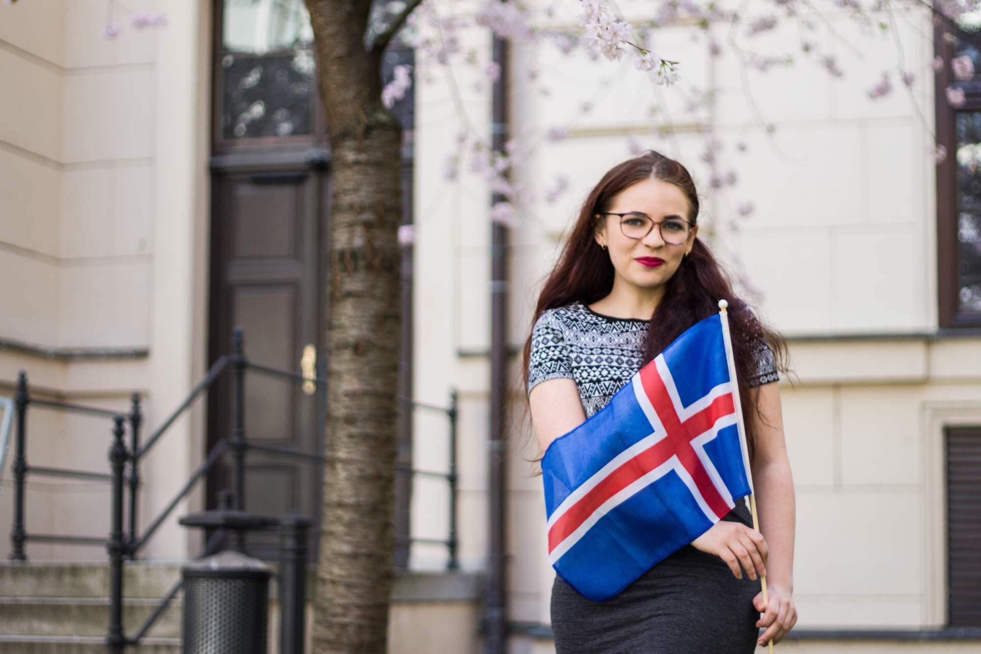 Tereza Kráčmarová strávila 3 měsíce na Islandu. Na fotce pózuje s islandskou vlajkou. Foto: Martina Hykšová