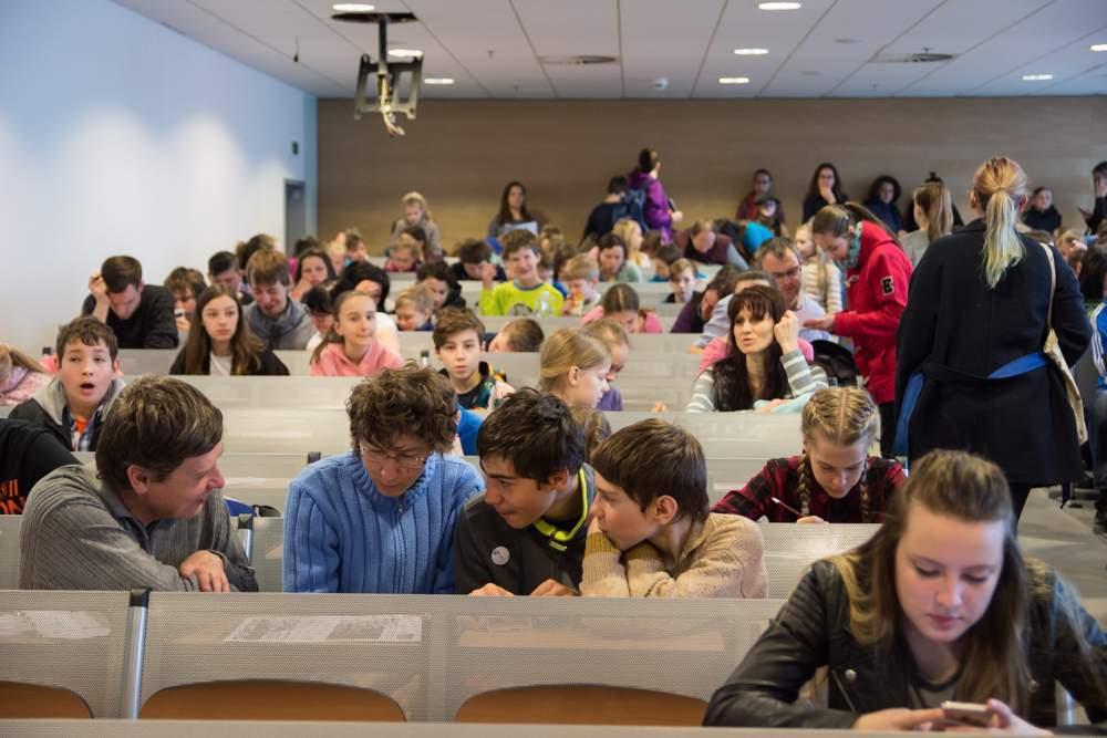 Organizátoři připravili program i pro rodiče, kteří se rozhodli počkat na své děti dvě hodiny na fakultě. Foto: Markéta Sulková