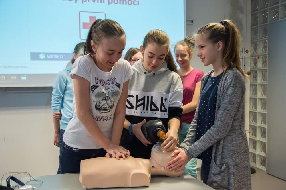 Zdravotníci z nemocnice u sv. Anny v Brně dětem předvedli, jak provádět první pomoc. Foto: Markéta Sulková