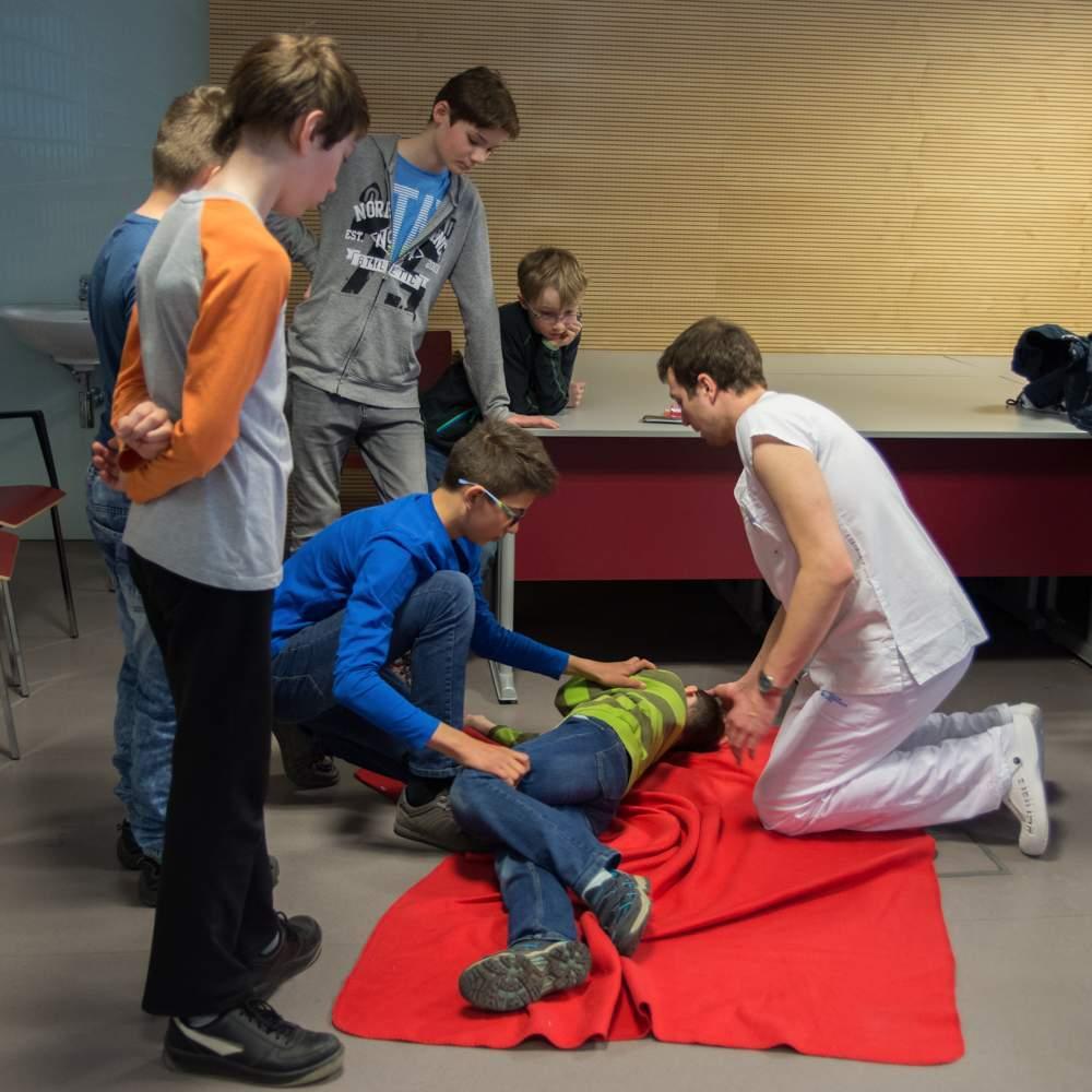 Zdravotníci ukázali dětem i způsob, jak dostat zraněného do stabilizované polohy.