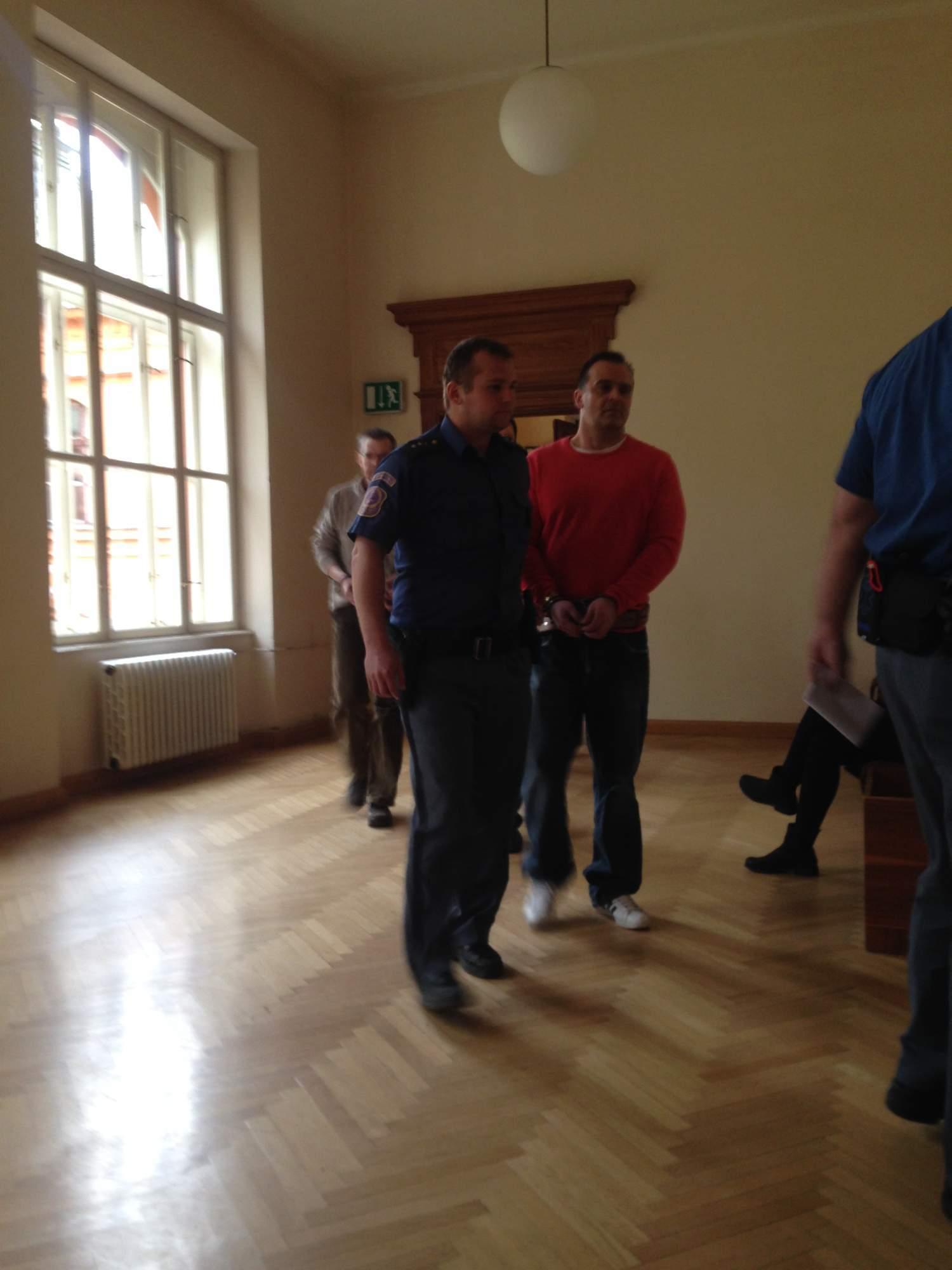 Eskorta vede obžalované do soudní síně. Foto: Eliška Pospíšilová