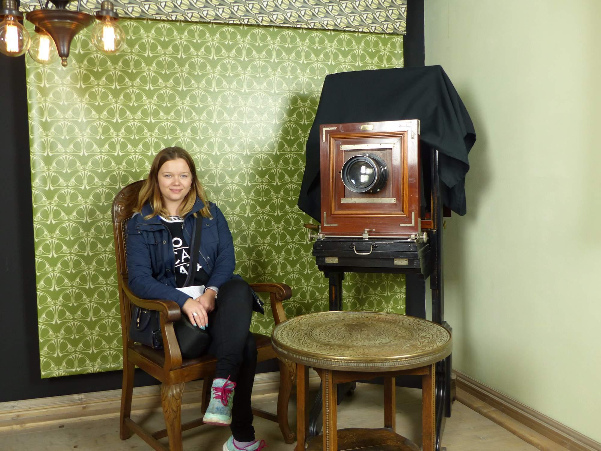 Redaktorka se nechává vyfotit s exponáty. / Autor: foto Michaela Střížová