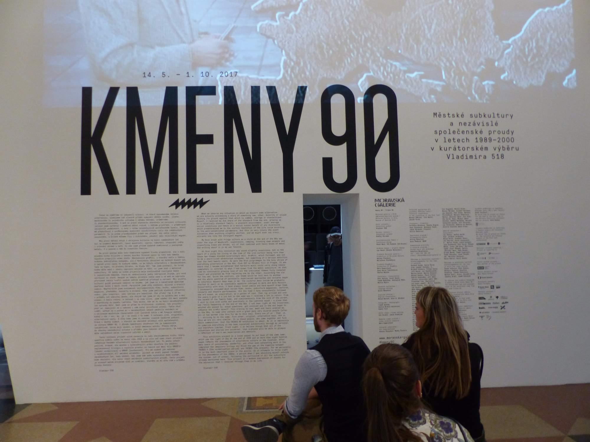 Výstavu Kmeny 90 zakončil v neděli autor Vladimir 518 komentovanou prohlídkou. Autor: Eliška Pavlíková