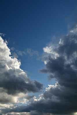 Ještě kousek modrého nebe, blíží se ale bouřka, beru foťák a jdu ven...