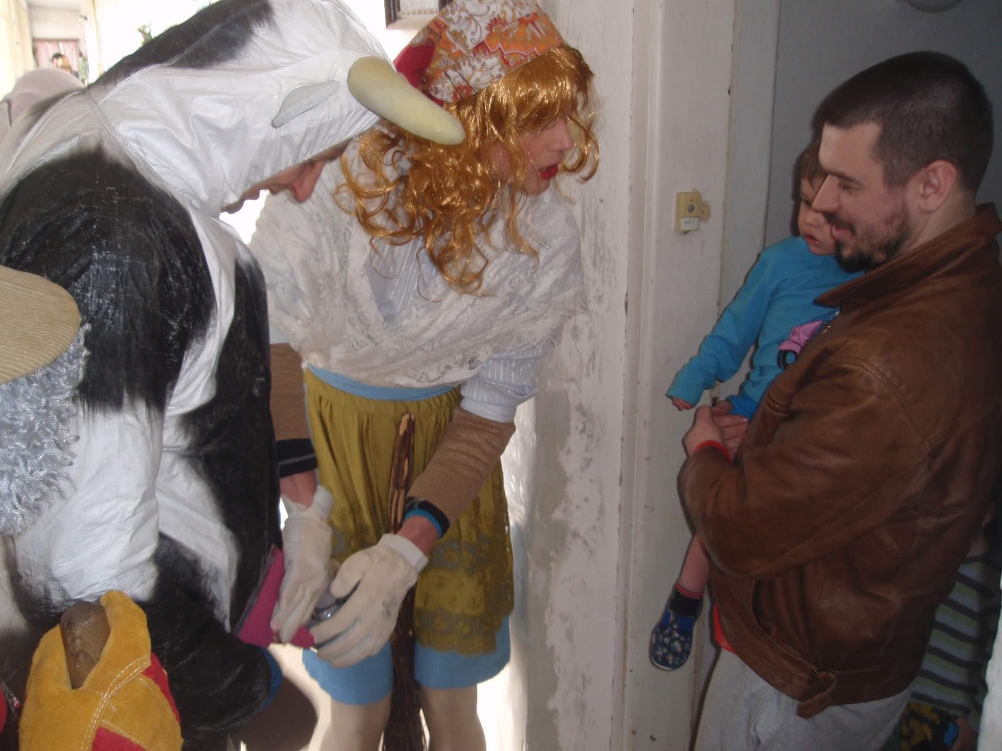 Mladá selka ukazuje chlapečkovi, jak se správně dojí. Foto: Marie Majdičová