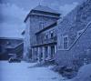 Kunětická hora - Nádvoří v 30.letech. Dřevěné střechy podle Dušana Jurkoviče a hradní restaurace.