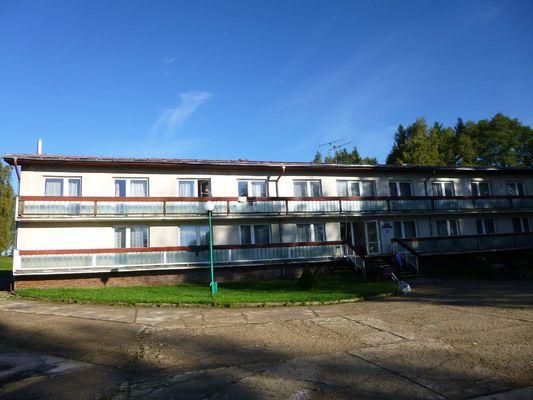 Tohle je hlavní ubytovací budova areálu, kde jsme složili nejen svá těla ale i kola.