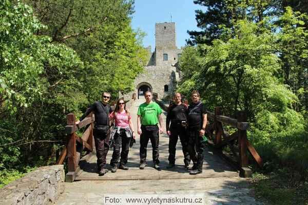Společné foto před hradem Strečno