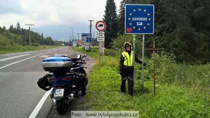 A jsme konečně na Polsko - Slovenské hranici, Tatry nás vítají zahalené v oblacích, moc dobře to nevypadá... :-(