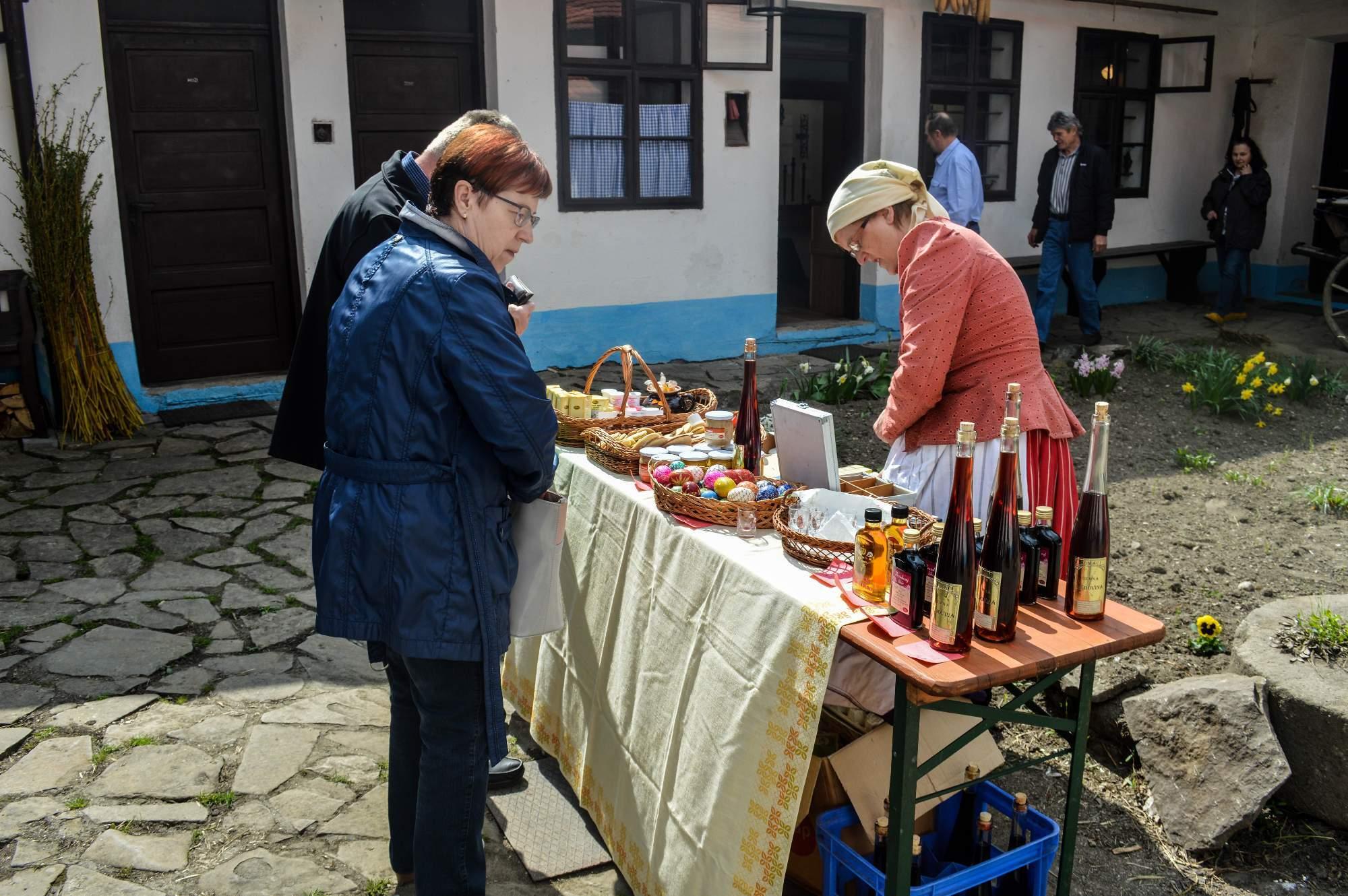 Prodavačka ve stánku nabízela medovinu a další výrobky. Foto: Eva Bartáková