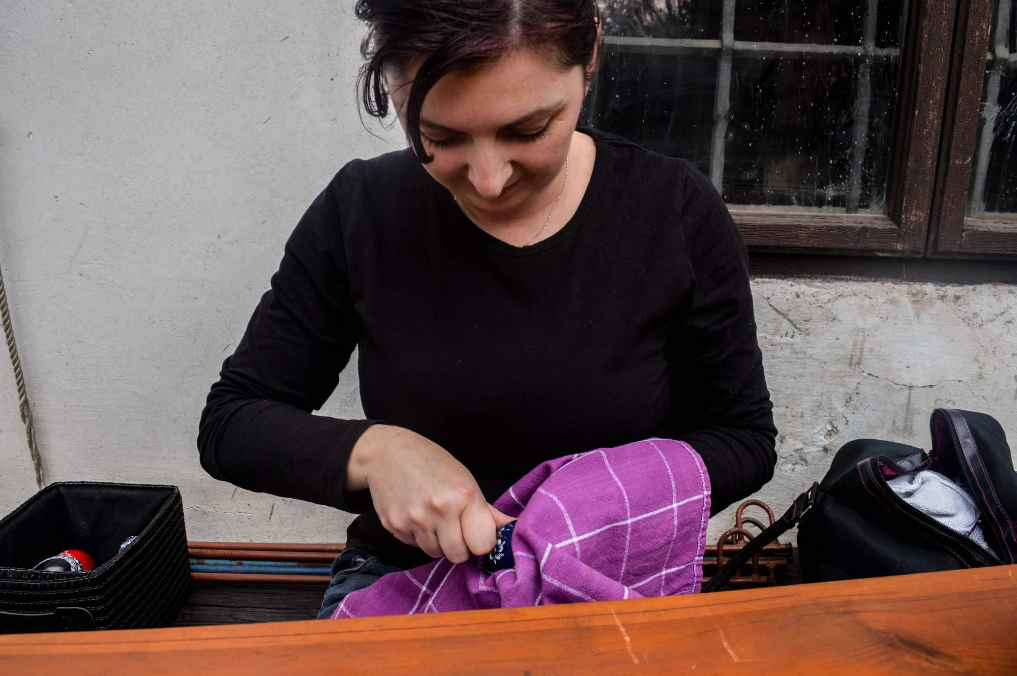 Dana Sobolová z Borkovan škrábe vajíčka už od čtrnácti let. Foto: Eva Bartáková
