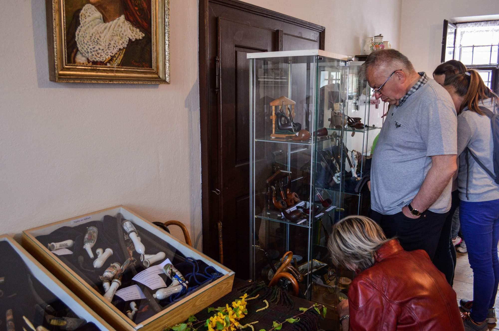 Dýmky ve vitrínách vydržely v jednom kuse i dvě stě let. Foto: Eva Bartáková