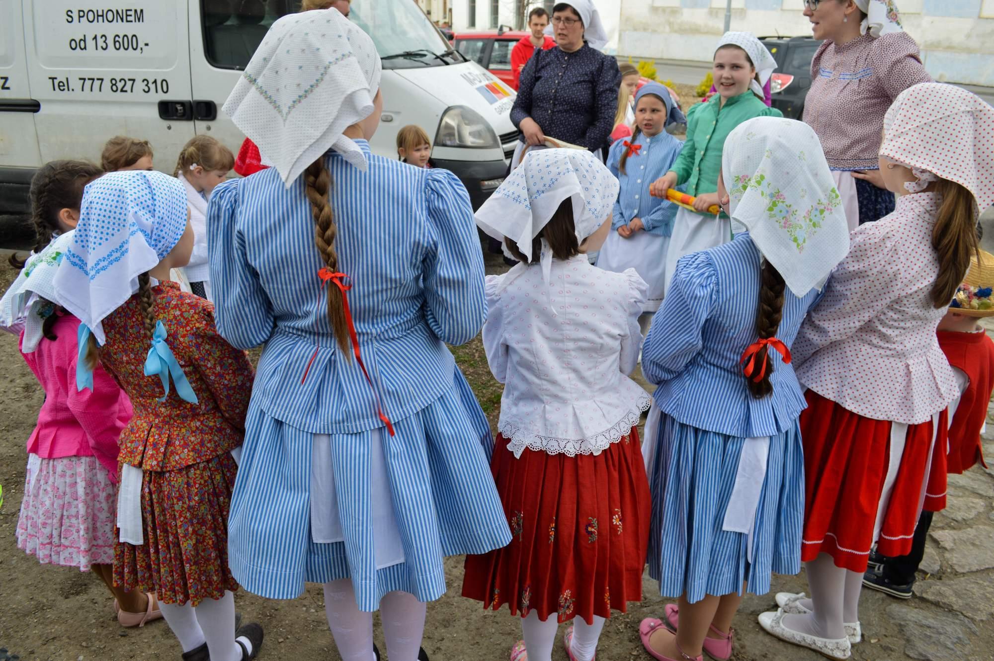 Děti zpívaly a tančily v jednoduchých pracovních krojích. Foto: Eva Bartáková