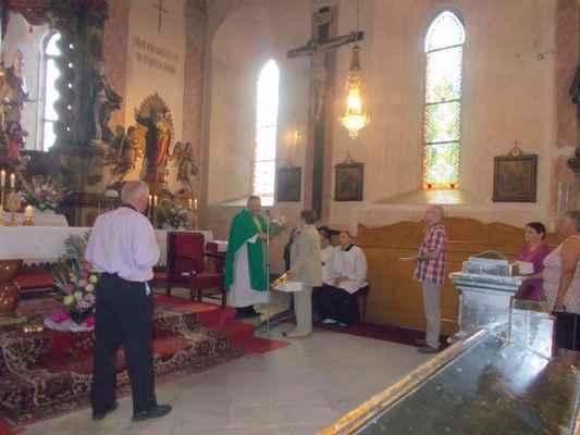 96 Mše svatá v neděli s přáním k 44. narozeninám duchovnímu správci.