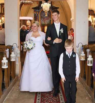 61 novomanželé na první společné cestě kostelem v Sušanech.