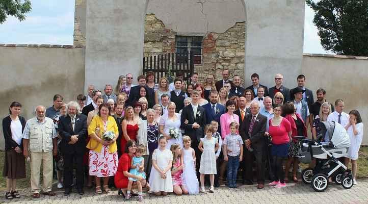 62 společná fotka obou rodin a přátel před kostelem v Sušanech.