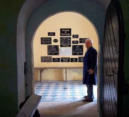57 navrtání tabulí na zeď od pana Jürgena a pomocníků s možností přidat další nové tabulky.