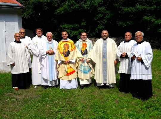 75 kněží a ministranti po německé mši na 2. poutní neděli na Květnově
