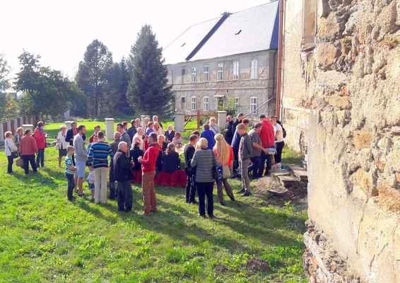 115 posezení před kostelem v Blatně, vzadu prodaná fara