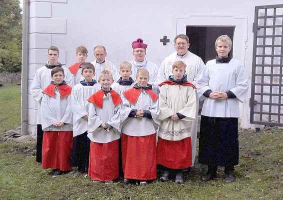 118 liturgická sestava k podzimní růžencové pouti na Květnově v čele s kan. Řehořem