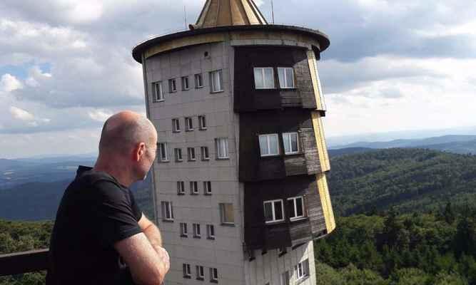 87. Dobyli jsme nejvyšší horu Čerchov, 1042 m.n.m. s dvěma rozhlednami - vojenskou - na fotce - a turistickou (Kurzova věž). Výhled byl úžasný - na Šumavu a do SRN.